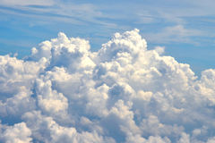 Witte wolk in blauwe hemel Royalty-vrije Stock Afbeeldingen