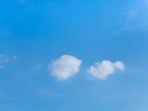 Witte wolk in blauwe hemel Stock Foto