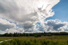 Witte wolk in een blauwe hemel Royalty-vrije Stock Afbeelding