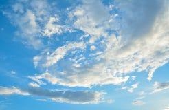 Witte wolk en blauwe hemel royalty-vrije stock afbeelding