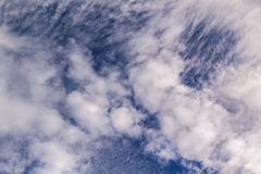 Witte wolk met blauwe hemelachtergrond stock afbeelding