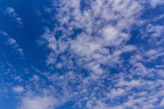Witte wolk met blauwe hemelachtergrond Royalty-vrije Stock Fotografie