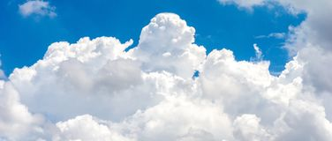 Witte wolk op blauwe hemel Royalty-vrije Stock Afbeeldingen