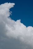 Witte wolk op blauwe hemel Royalty-vrije Stock Foto