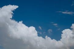 Witte wolk op blauwe hemel Stock Foto