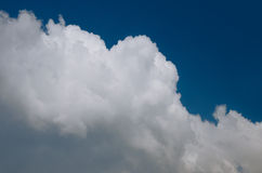 Witte wolk op blauwe hemel Stock Foto's
