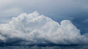 Witte wolk op blauwe hemel De Achtergrond van de Cloudscapefoto Stock Fotografie