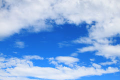 Witte wolken in blauwe hemel royalty-vrije stock afbeelding