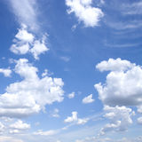 Witte wolken in blauwe hemel Royalty-vrije Stock Afbeeldingen