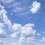 Witte wolken in blauwe hemel Royalty-vrije Stock Fotografie