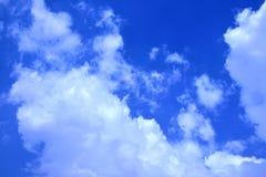 Witte wolken in blauwe hemel Stock Foto