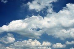 Witte wolken in blauwe hemel Stock Afbeelding