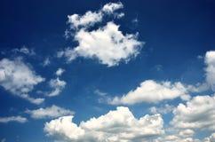 Witte wolken in blauwe hemel Stock Afbeeldingen