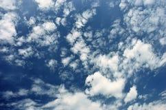 Witte wolken in blauwe hemel Royalty-vrije Stock Foto's
