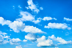 Witte wolken + blauwe hemel Royalty-vrije Stock Afbeeldingen