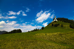 Witte wolken in blauwe hemel en een kleine kerk royalty-vrije stock fotografie