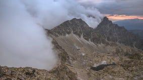 Witte wolken in de bergen stock video
