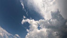 Witte wolken in de blauwe hemel stock footage