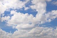 Witte wolken in de blauwe hemel Stock Foto
