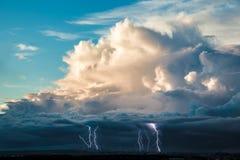 Witte wolken in de blauwe hemel Stock Afbeeldingen