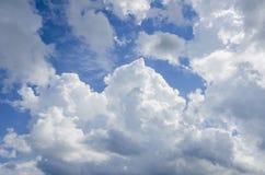 Witte wolken in de blauwe hemel Stock Foto's