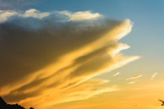 Witte wolken in de blauwe hemel tijdens de zonsondergang de Oekraïne stock fotografie