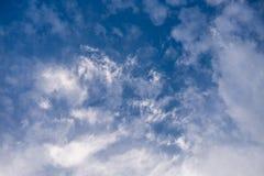 Witte wolken in de hemel Stock Foto's