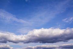 Witte wolken in de mooie blauwe hemel Achtergrond van wolken Royalty-vrije Stock Afbeelding