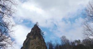 Witte wolken die blauwe hemel over de rotsachtige tijdspanne van de bergtijd vliegen De cumulus betrekt snel vliegende hemel time stock video