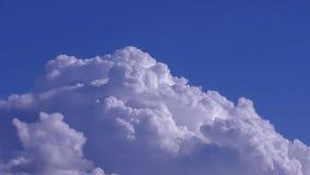 Witte wolken die blauwe hemel verlengen stock videobeelden