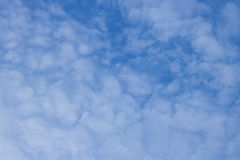 witte wolken die in de blauwe hemel afdrijven Stock Foto