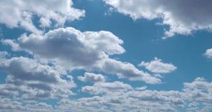 Witte wolken die de blauwe tijdspanne van de hemeltijd vliegen De cumulus betrekt snel vliegende hemel timelapse Abstracte wolken stock videobeelden
