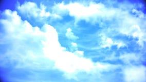 Witte wolken die de blauwe tijdspanne van de hemeltijd vliegen De donkere onweerswolken bewegen zich snel bij kijker De cumulus b Royalty-vrije Stock Afbeeldingen