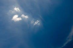 Witte wolken die in de hemel bij dag drijven royalty-vrije stock foto's