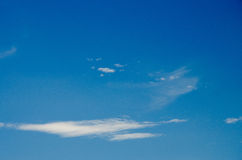 Witte wolken die in de hemel bij dag drijven royalty-vrije stock afbeelding