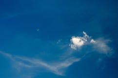 Witte wolken die in de hemel bij dag drijven royalty-vrije stock afbeeldingen
