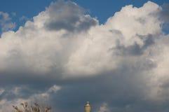 Witte wolken die grijs in de blauwe hemel draaien stock foto