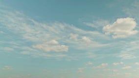 Witte wolken die over blauwe hemel lopen stock video