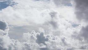 Witte wolken en blauwe hemel stock video