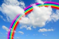 Witte wolken en blauwe hemel met een kleurrijke regenboog royalty-vrije stock fotografie