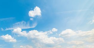 Witte wolken en blauwe hemel in zomer royalty-vrije stock fotografie