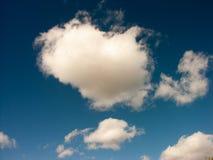 Witte Wolken in Hemel al duidelijk en kernachtig royalty-vrije stock fotografie
