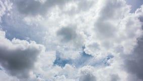 Witte wolken met blauwe hemel stock video