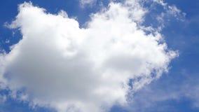 Witte wolken met blauwe hemel stock footage