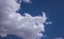 Witte wolken met blauwe hemel stock foto's