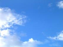 witte wolken op blauwe hemel Royalty-vrije Stock Afbeelding