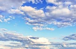 witte wolken op blauwe hemel Stock Fotografie