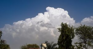 witte wolken op blauwe hemel stock foto