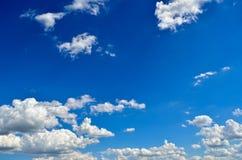 Witte wolken op de achtergrond van de blauwe hemel Royalty-vrije Stock Foto's