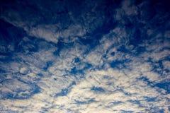 Witte wolken op de blauwe hemel Stock Foto
